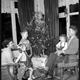 Zingen bij de kerstboom, ca. 1970