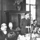 Nederlands journalistenkamp te Vaassen op Kasteel Cannenburgh. Speech tijdens het diner. © Gebruiksrechten NIOD, CC-BY-NC-ND.