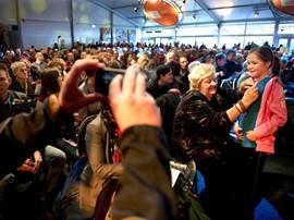 Erica Terpstra deelt handtekeningen uit tijdens de viering van honderd jaar NOC*NSF op Papendal (Bron: Nu.nl)