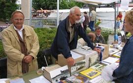 Bestuursleden van de Heemkundekring actief op de Jaarmarkt in Groesbeek.