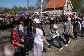De jaarlijkse herdenking bij de Apeldoornse Sluis tgv de bevrijding van Apeldoorn (17 april 1945). Een Apeldoornse basisschool verleent daar telkens medewerking. Editie 2011. Foto Joop Rump