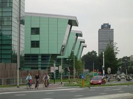 Het Huygensgebouw met op de achtergrond het Erasmusgebouw (Bron: Wikimedia)
