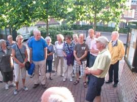 Bezoekers en leden van de Vereniging Oud Ede luisteren naar de toelichting molenaar van Concordiamolen Ede (Bron: Vereniging Oud Ede)